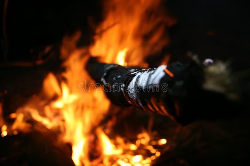 Pinne som petar ut ur en brand arkivfoton
