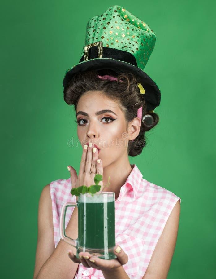 pino acima da mulher com composição na moda menina do pinup com cabelo da forma cocktail retro do verão da bebida da mulher Shamr fotos de stock