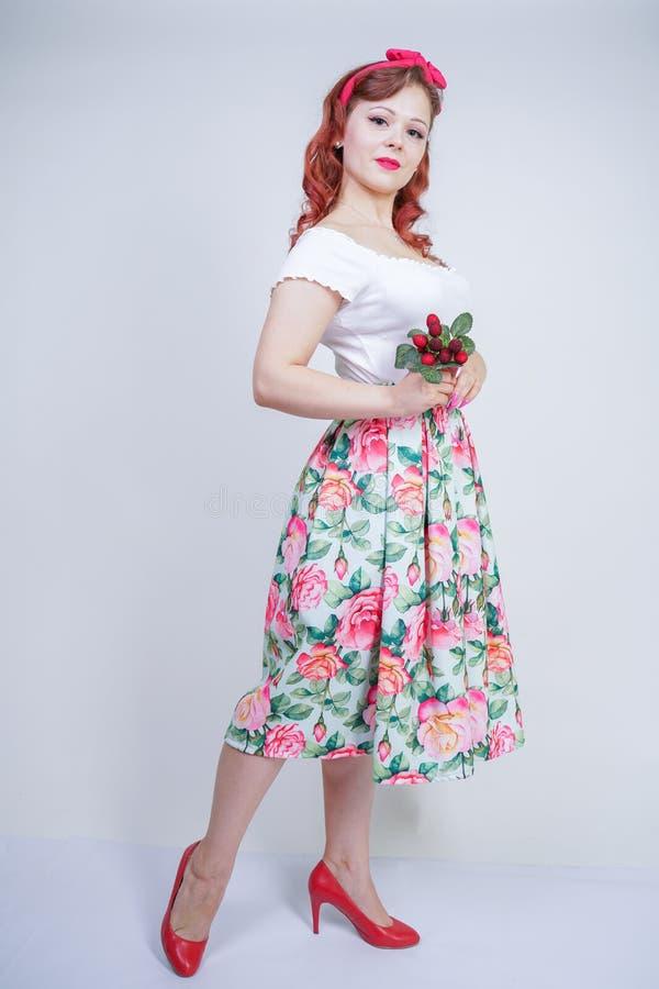 Pino bonito acima do levantamento feliz da moça caucasiano com maçãs vermelhas senhora bonito do vintage no vestido retro que tem foto de stock royalty free