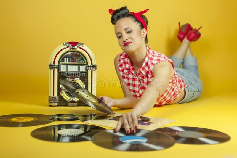 Pino bonito do retrato que escuta acima a música em um jukebox velho r foto de stock royalty free