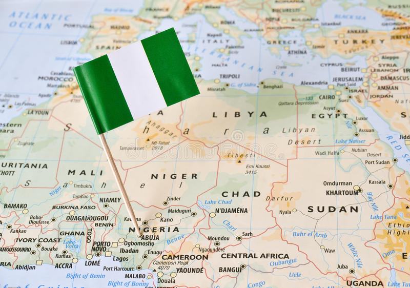 Pino da bandeira de Nigéria no mapa imagens de stock royalty free