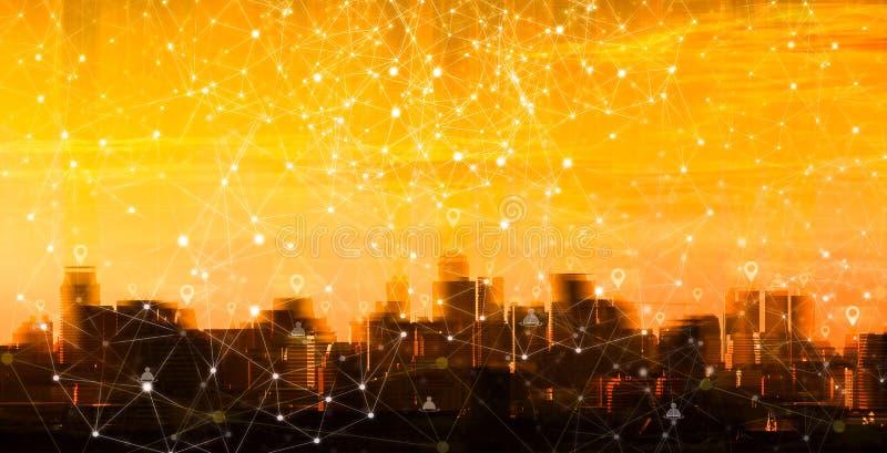 Pino da rede sobre a construção na cidade do por do sol Conexão co imagem de stock royalty free