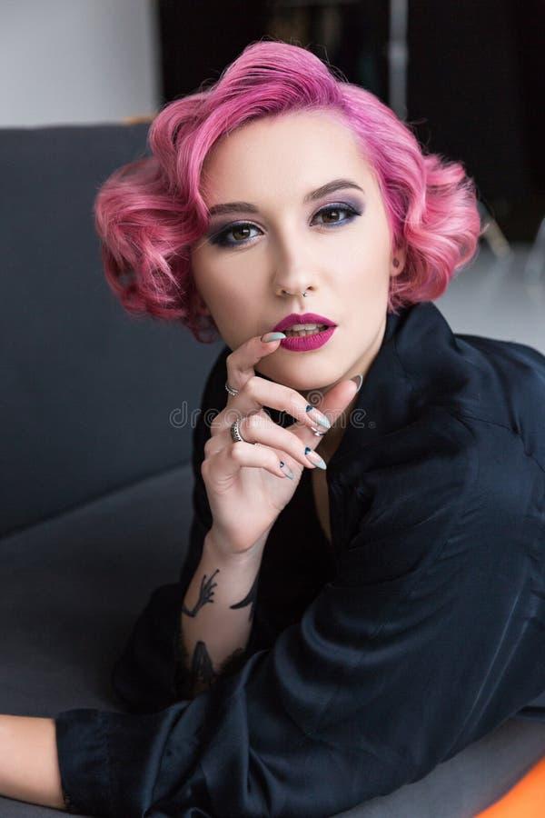 pino de cabelo consideravelmente cor-de-rosa acima da menina foto de stock royalty free
