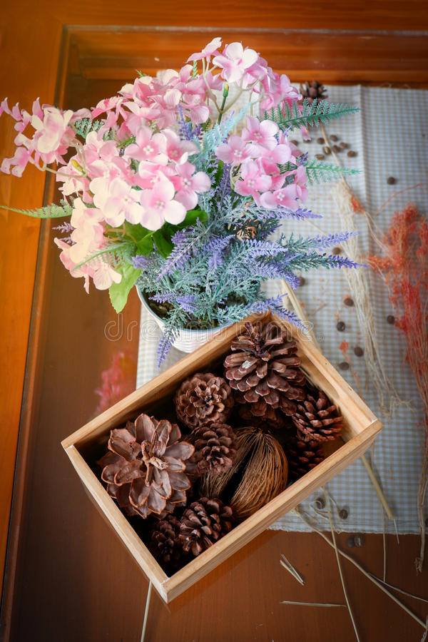Pino de la fruta - cono del pino y ramo de la flor foto de archivo libre de regalías