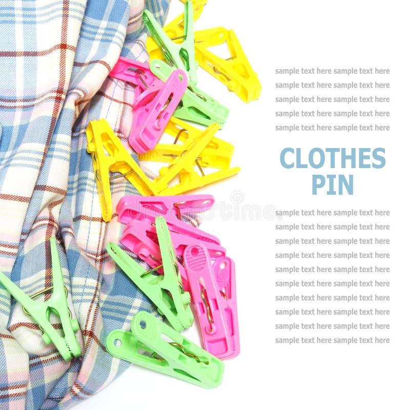 Pino de roupa colorido isolado no fundo branco fotografia de stock