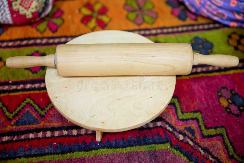 Pino do rolo com massa na placa de madeira fotografia de stock royalty free