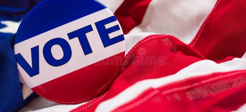 pino do voto em uma bandeira americana imagem de stock