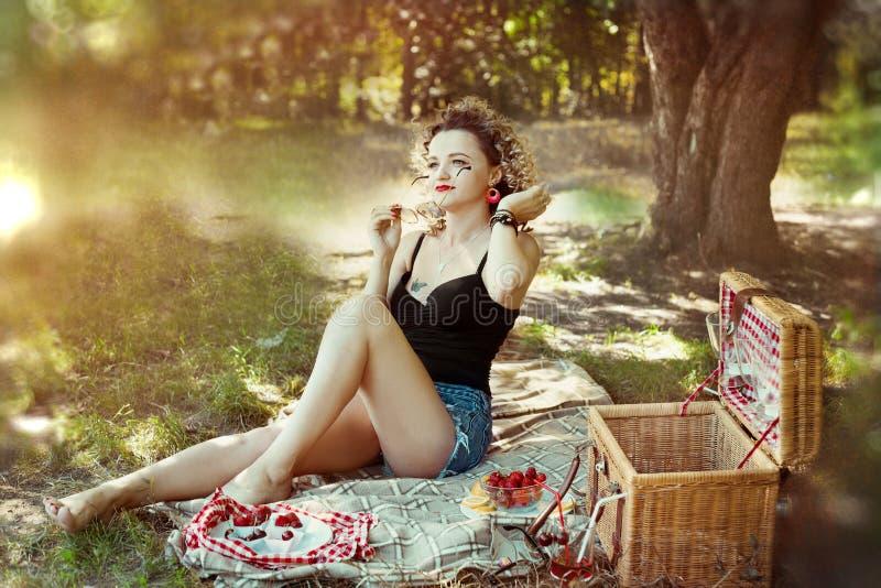 Pino 'sexy' acima da menina com cabelo louro da curva no pano curto do verão no piquenique fotos de stock royalty free