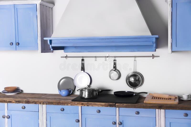 Pino velho retro do vintage acima da cozinha interior azul foto de stock