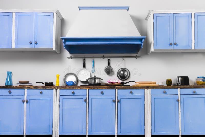 Pino velho retro do vintage acima da cozinha interior azul fotos de stock royalty free