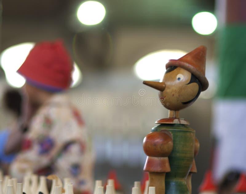 Pinocchio à l'arrière-plan brouillé images stock