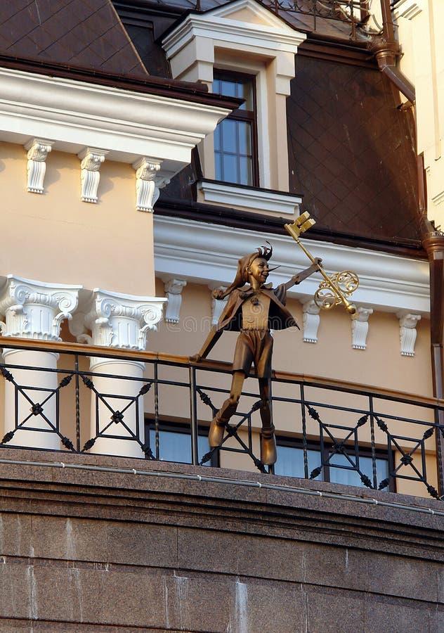 Pinocchio com chave dourada fotografia de stock royalty free