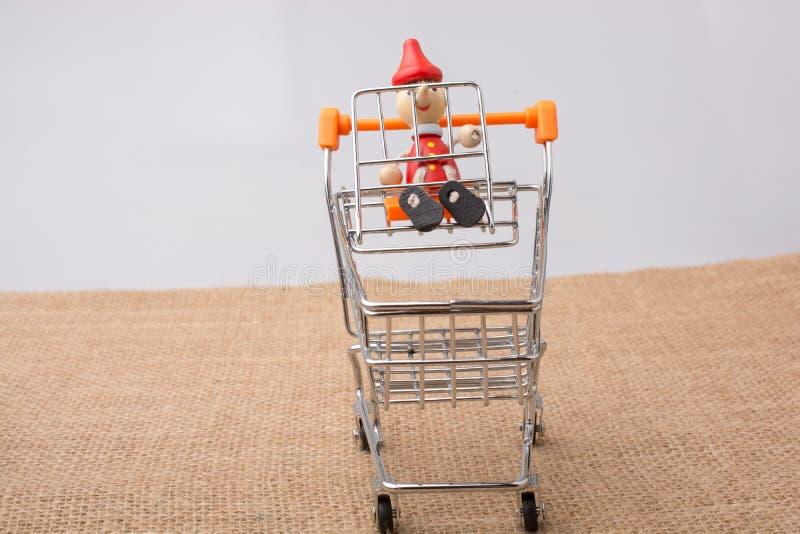 Pinocchiozitting op het winkelen karretje royalty-vrije stock fotografie