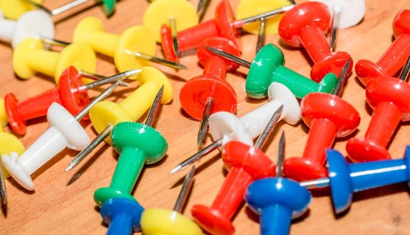 Pinos coloridos do impulso na tabela fotografia de stock