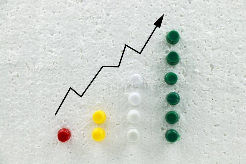 Pinos coloridos na carta de crescimento do negócio do poliestireno imagem de stock
