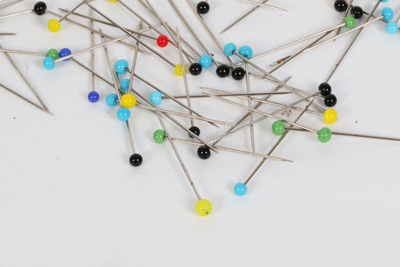 Pinos com cabeças coloridas no estúdio foto de stock royalty free
