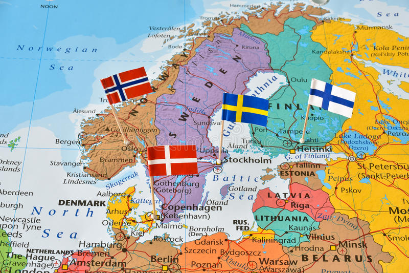 Pinos da bandeira de países nórdicos no mapa foto de stock royalty free