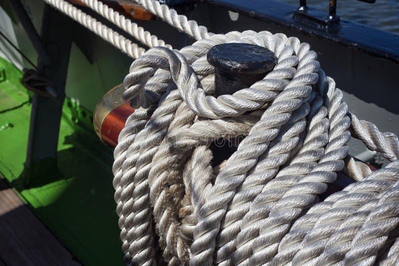 Pinos de segurança de aço com cordas fotografia de stock