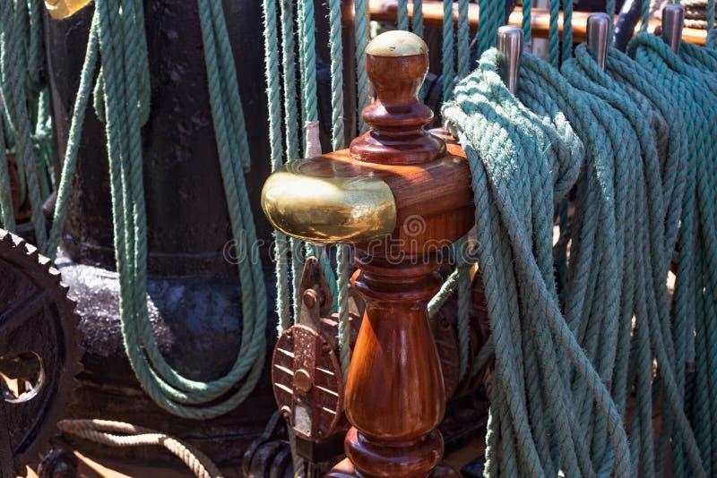 Pinos de segurança de aço em um navio de navigação foto de stock royalty free
