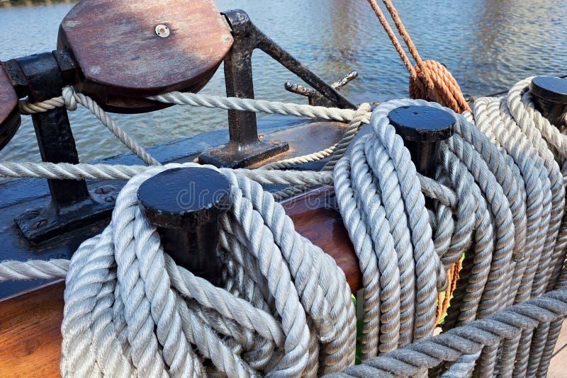 Pinos de segurança de aço em um navio de navigação imagem de stock