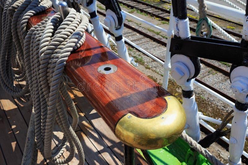 Pinos de segurança de aço em um navio de navigação imagem de stock royalty free