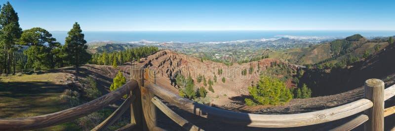 从Pinos del Galdar到火山口外缘里,大加那利岛的全景 库存照片