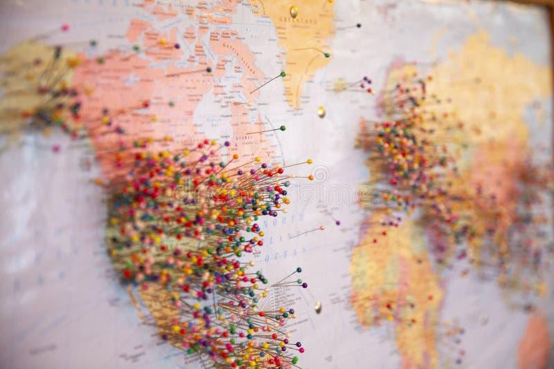 Pinos no mapa imagens de stock