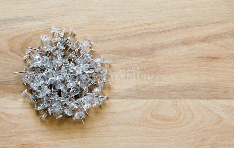 Pinos plásticos do impulso em uma mesa com espaço da cópia imagem de stock royalty free