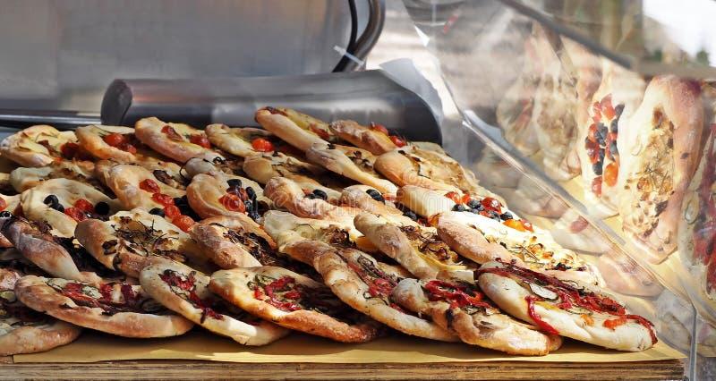 Pinsa, un genre romain antique de pizza, dans une étagère d'une épicerie de rue image stock