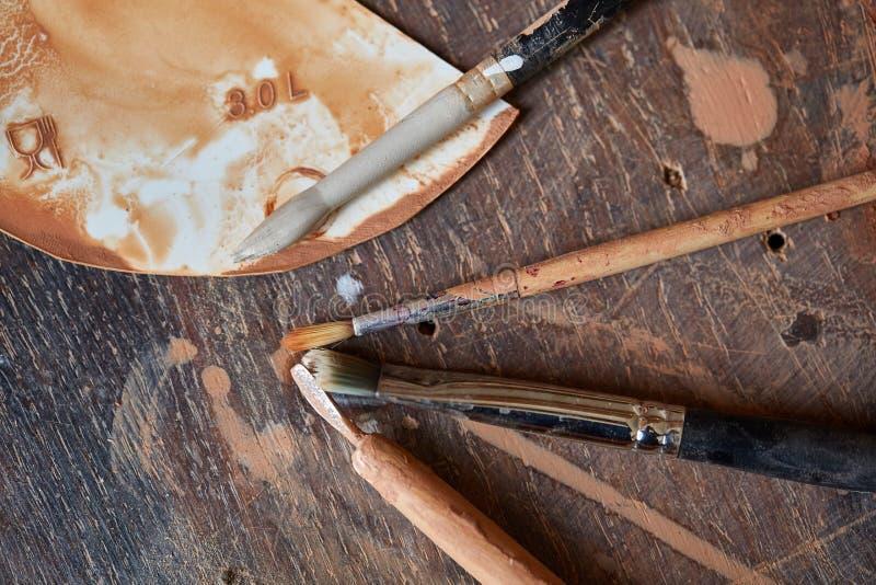 Pinsel auf worktop in einer Töpferwerkstatt, Nahaufnahme, selektiver Fokus lizenzfreies stockbild