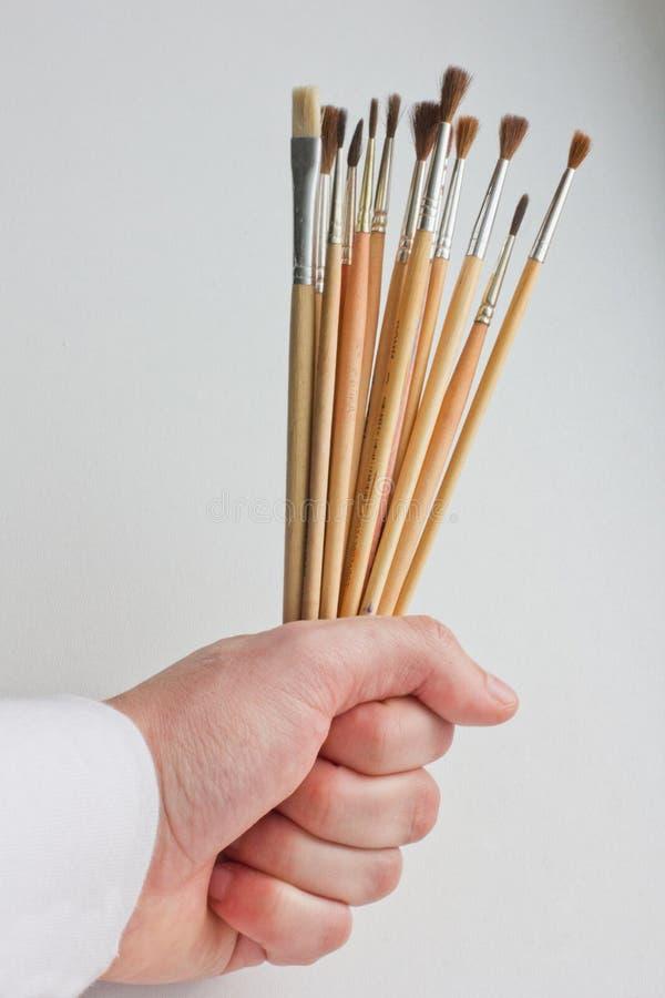 Pinsel in der Hand K?nstler Brushes lizenzfreies stockbild