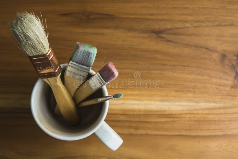 Pinsel in einer Kaffeetasse stockfoto
