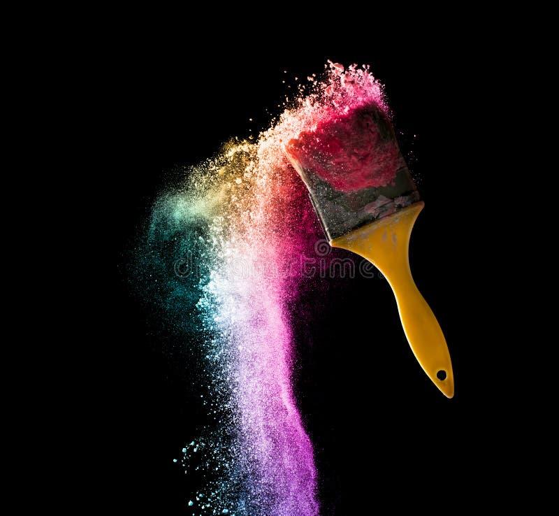 Pinsel mit abstrakter Pulverfarbexplosion lokalisiert auf b lizenzfreies stockbild