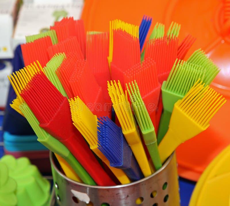 Pinsel mit den Plastik- und Silikonborsten, zum der Kuchen zu verzieren und lizenzfreies stockbild
