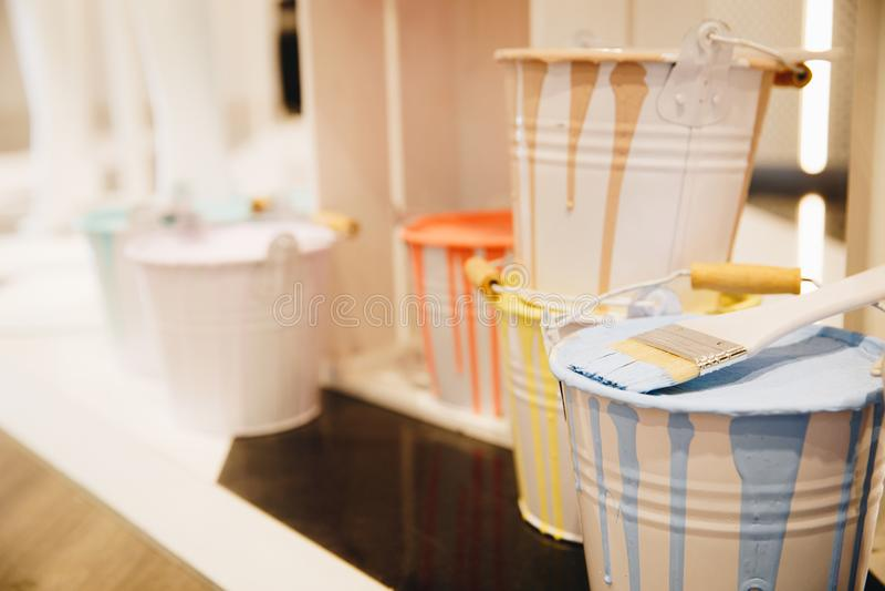 Pinsel mit Farbdosen oder -behältern lizenzfreies stockfoto