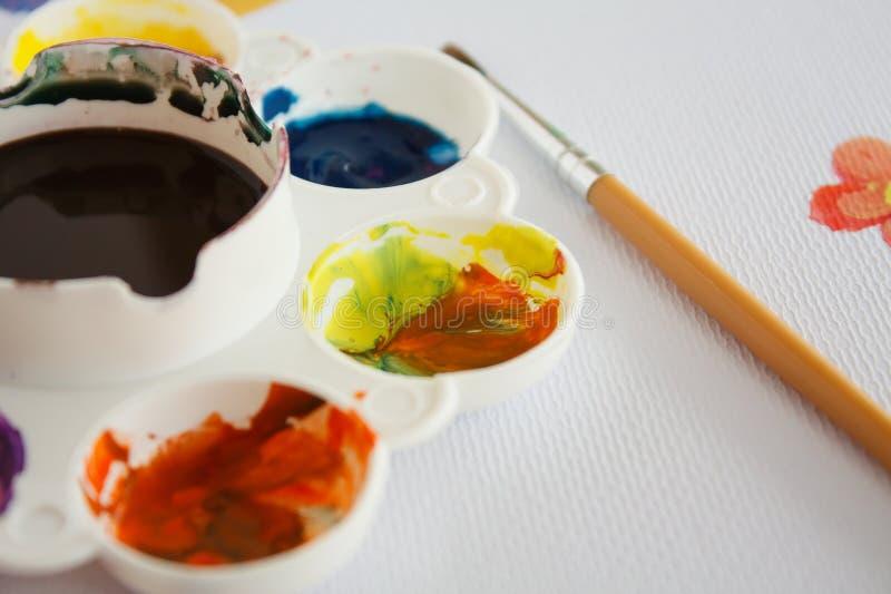 Pinsel mit Farbplatte stockbild