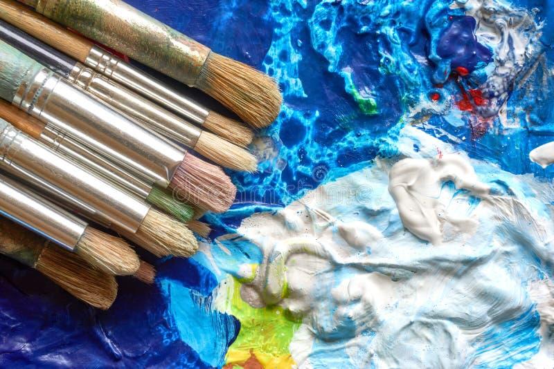 Pinsel mit Holzgriffen auf Palette stockfotos