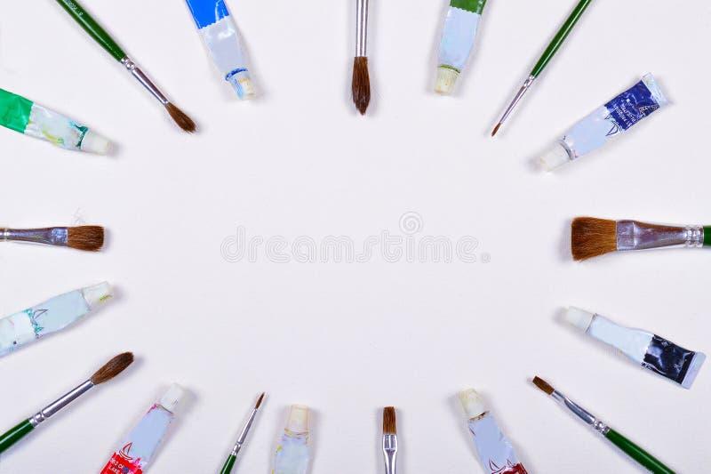 Pinsel und Farbfernsehen gelegt in die diagonale Richtung lokalisiert auf einen Hintergrund stockfoto