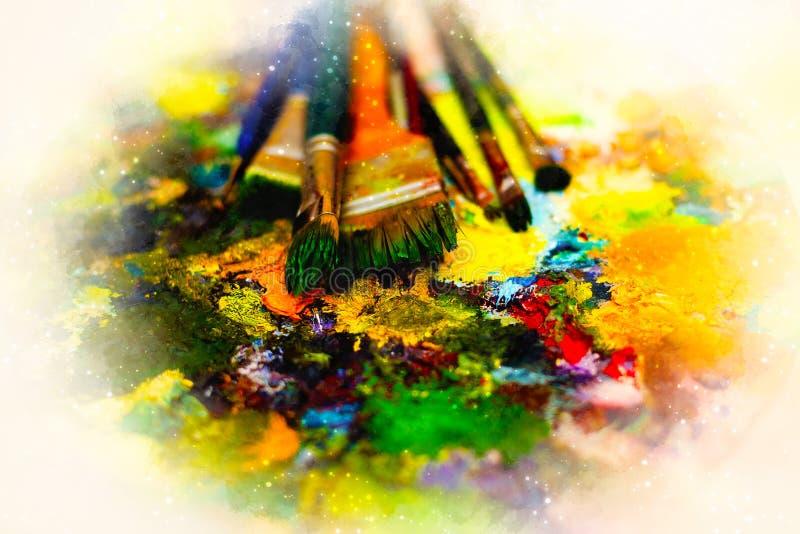 Pinsel zur Malereipalette und weich unscharfen zum Aquarellhintergrund stockbilder