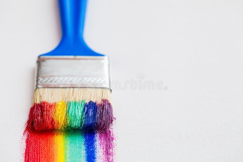 Pinselnahaufnahme und Mehrfarbenregenbogenbürstenanschläge stockfotografie