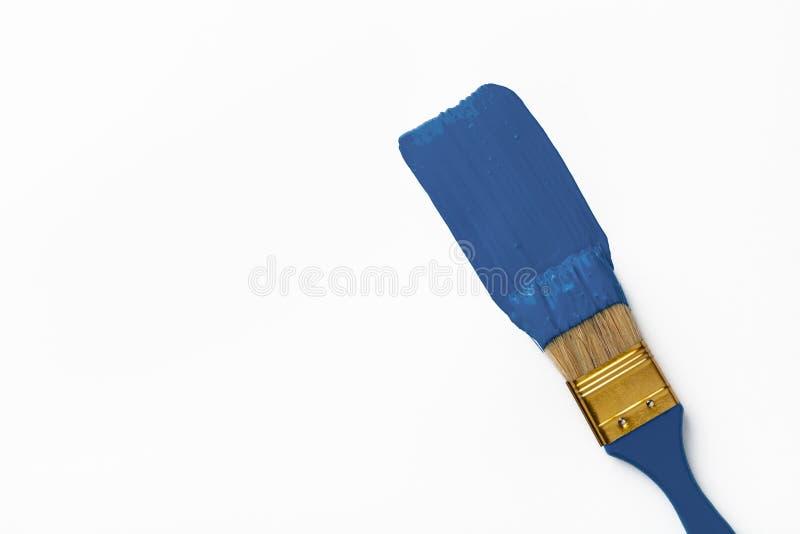 Pinselstrich mit klassischer blauer Farbe auf weißem Hintergrund Oberansicht stockfotografie