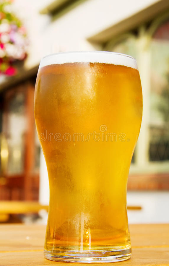 Pint goldenes Bier am Pub stockfoto