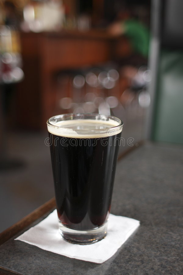 Pint van donker bier royalty-vrije stock fotografie