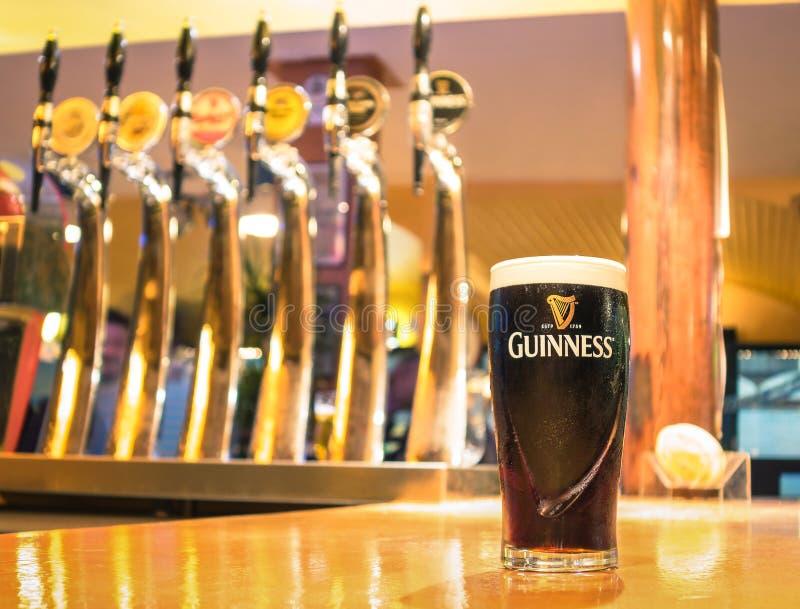 Pint van Guiness-bier in een bar wordt gediend die royalty-vrije stock foto