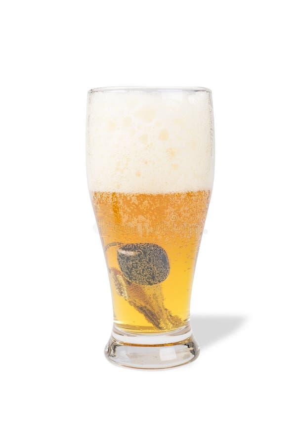 Pinta da cerveja com chaves do carro nela imagens de stock