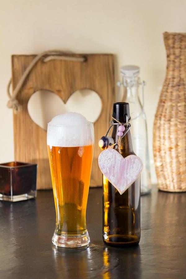 Pinta da cerveja frothy com um coração fotos de stock royalty free
