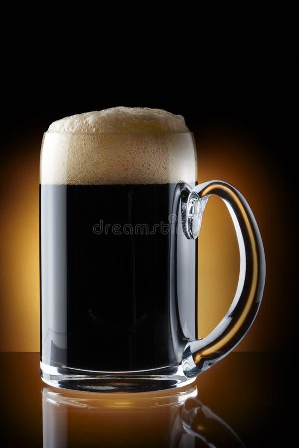 Pinta da cerveja escura foto de stock