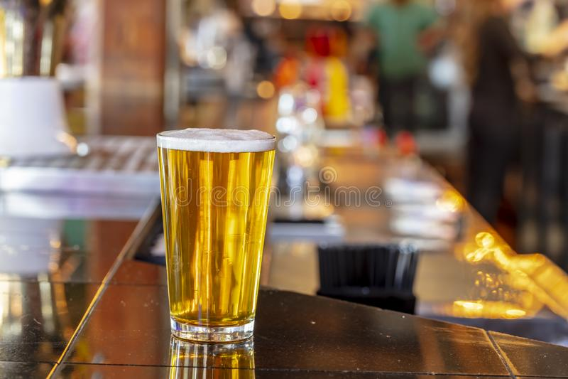 Pinta da cerveja fria do ofício em um vidro com gotas da água em uma barra local imagens de stock royalty free