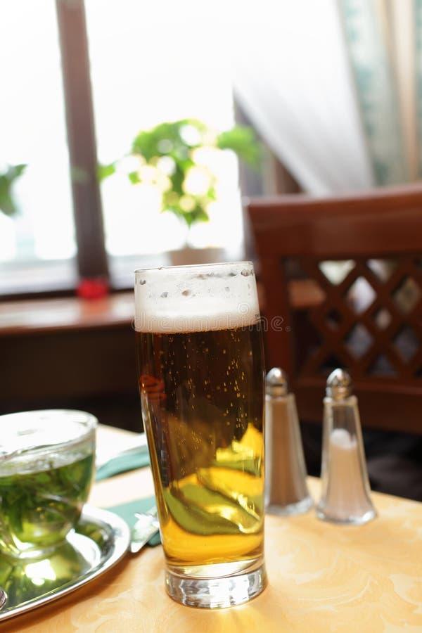 Download Pinta de cerveza dorada imagen de archivo. Imagen de refresco - 41907337