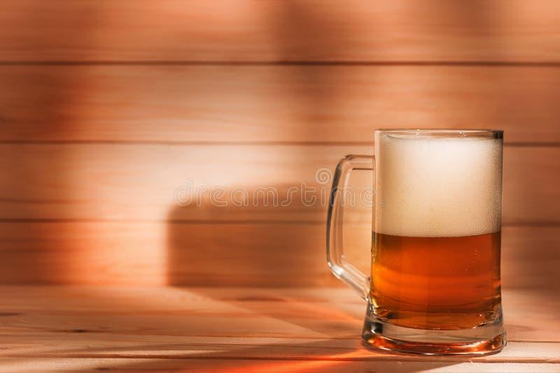 Pinta della birra su fondo di legno immagini stock